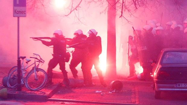 Poland police officers hurt right wing march