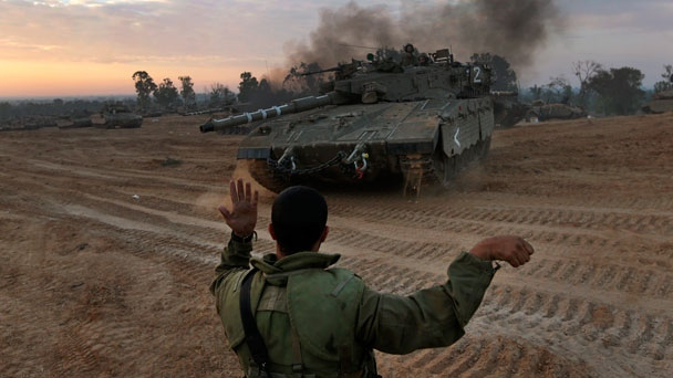 An Israeli soldier guides a tank to a new position at a staging area near the Israel Gaza Strip Border, southern Israel, Thursday, Nov. 22, 2012. (AP / Lefteris Pitarakis)