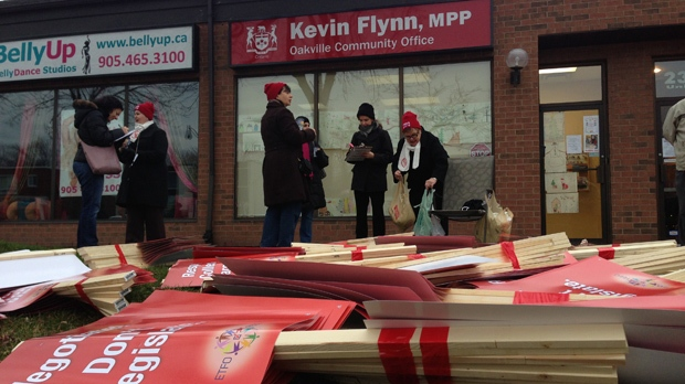 Public elementary school teachers from Halton District School Board hold a one-day strike in front of MPP Kevin Flynn's office in Oakville on Wednesday, Dec. 19, 2012. (Aaron Adetuyi/CP24)