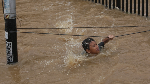 Soldiers deployed to help flood victims Indonesia