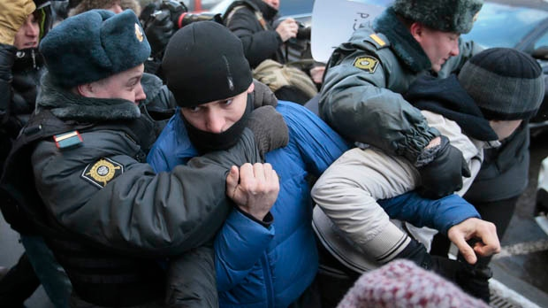 Moscow police detain supporters anti-gay law