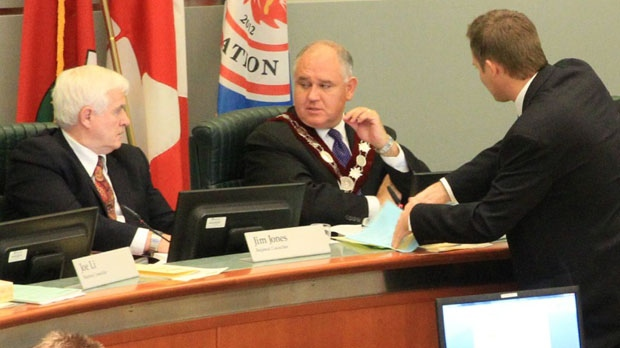 Markham Mayor Frank Scarpitti, centre, speaks to regional Coun. Jim Jones, left, and an unidentified man, right, during a meeting Tuesday, Jan. 29, 2013. (Tom Stefanac/CP24)