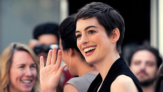 Anne Hathaway cuts hair