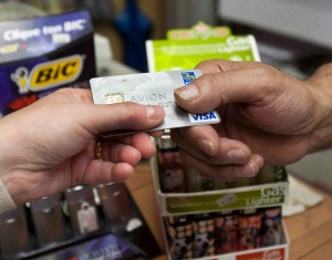 A customer pays with a credit card. (The Canadian Press/Ryan Remiorz)