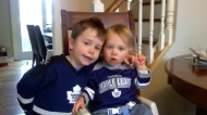 Two young kids pictured in Leafs colours. (@the_layz/Twitter)