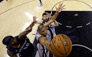 San Antonio Spurs' Tim Duncan (21) shoots between Memphis Grizzlies defenders Zach Randolph, left, and Marc Gasol, right, during the second half in Game 2 of a Western Conference Finals NBA basketball playoff series, Tuesday, May 21, 2013, in San Antonio. San Antonio won 93-89. (AP Photo/Ronald Martinez, Pool)