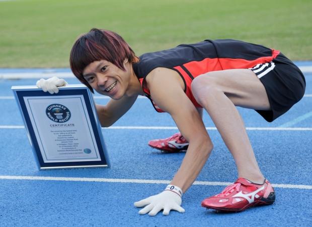 Kenichi Ito Lari 100 Meter Guna Kaki dan Tangan