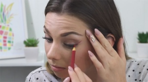 YouTube tutorials showcasing how pencil crayons can be used as makeup has prompted Crayola to issue a statement, discouraging customers from using the products for this purpose. (Rachelleea / YouTube)