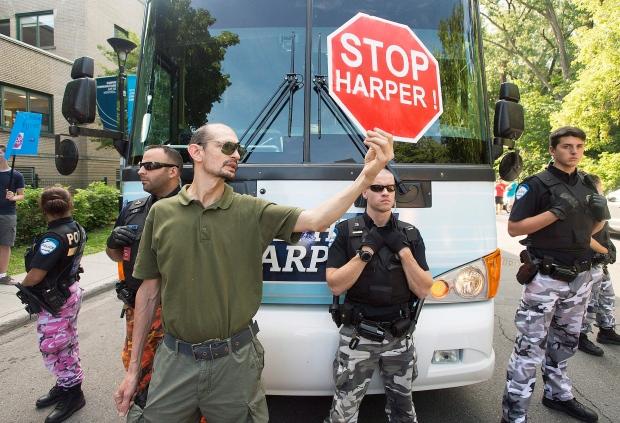 Harper, protest, Montreal