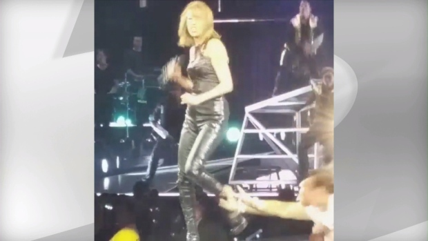 peeing-on-stage-clips-sexy-youtbube-babes