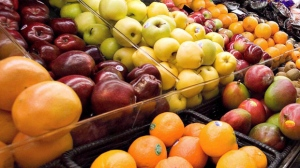 Produce is on display in a Breakeyville, Que., grocery story on Nov. 28 2006.  THE CANADIAN PRESS/Jacques Boissinot