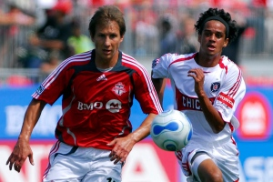 Toronto FC's Chris Pozniak, left, and Chicago Fire's Calen Carr chase down a loose ball during first half soccer action in Toronto, Sunday July 29, 2007. (The Canadian Press/Aaron Harris)