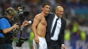 Real's Cristiano Ronaldo (C) celebrates with his coach Zinedine Zidane after scoring during the penalty shootout of the UEFA Champions League Final between Real Madrid and Atletico Madrid at the Giuseppe Meazza stadium in Milan, Italy, 28 May 2016.  EPA/PETER POWELL