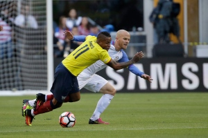 Ecuador's Michael Arroyo, left, and United States' Michael Bradley fight for the ball during the first half of a Copa America Centenario quarterfinal soccer match, Thursday, June 16, 2016 at CenturyLink Field in Seattle. (AP Photo/Elaine Thompson)