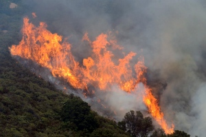 A wildfire burns in the Palo Colorado Canyon in the scenic Big Sur region of California's Central Coast, Monday, July 25, 2016. (David Royal/The Monterey County Herald via AP)