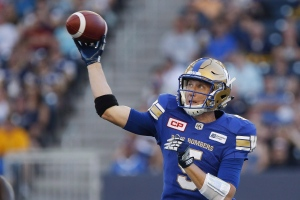 Winnipeg Blue Bombers quarterback Drew Willy (5) throws against the Calgary Stampeders during the first half of CFL action in Winnipeg on July 21, 2016. (The Canadian Press/John Woods)