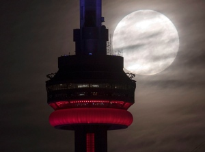 The super perigee full moon sets behind the CN tower in Toronto on Monday November 14, 2016. According to NASA, the so-called 'supermoon' will be the closest full moon to earth since 1948, and it won't be as close again until 2034. THE CANADIAN PRESS/Frank Gunn