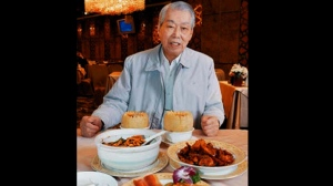 In this 2008 photo, chef Peng Chang-kuei poses for a photo as he is seated at a table in his restaurant Peng's Garden in Taipei, Tawain. The chef, who has been credited with inventing General Tso's chicken, a world-famous Chinese food staple that is not served in China, has died in Taiwan. He was 98. (Chiang-Zhong Su/United Daily News/World Journal via AP )