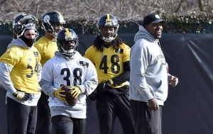 Pittsburgh Steelers outside linebackers coach Joey Porter, right, talks to players during practice Friday, Jan. 13, 2017, in Pittsburgh. (Matt Freed/Pittsburgh Post-Gazette via AP)