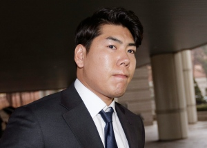 Pittsburgh Pirates infielder Jung Ho Kang arrives at the Seoul Central District Court in Seoul, South Korea, Wednesday, Feb. 22, 2017. Kang appeared in the Korean court as judges began hearing arguments in a trial over charges that the baseball star fled the scene after slamming a car into a guardrail while driving under the influence of alcohol. (AP Photo/Ahn Young-joon)