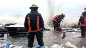 Firemen help place sandbags around a home in Bowmanville. (Sean Leathong/CTV News Toronto)
