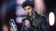 Shawn Mendes accepts the Juno award for Juno Fan Choice at the Juno awards show Sunday April 2, 2017 in Ottawa. THE CANADIAN PRESS/Sean Kilpatrick
