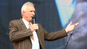 FILE - In this July 6, 2013, file photo, Mel Tillis performs at the Oklahoma Twister Relief Concert at the Gaylord Family-Oklahoma Memorial Stadium in Norman, Okla. Tillis, the longtime country star who wrote hits for Kenny Rogers, Ricky Skaggs and many others, and overcame a stutter to sing on dozens of his own singles, has died. A spokesman for Tillis, Don Murry Grubbs, said Tillis died early Sunday, Nov. 19, 2017, at Munroe Regional Medical Center in Ocala, Fla. He was 85. (Photo by Alonzo Adams/Invision/AP, File)