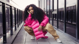 "In this Dec. 4, 2017 photo, singer SZA poses for a portrait in New York to promote her latest album, ""Ctrl."" SZA was named as one of 2017's breakthrough entertainers by the Associated Press. (Photo by Victoria Will/Invision/AP)"