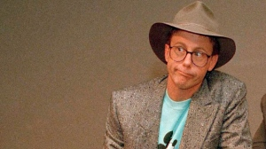 "In this May 19, 1988, file photo, Harry Anderson poses after a press conference in New York. Authorities said, Monday, April 16, 2018, that actor Harry Anderson of ""Night Court"" comedy series fame died in North Carolina. (AP Photo/Richard Drew, File)"