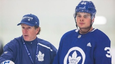Toronto Maple Leafs Head Coach Mike Babcock, left, explains a drill to forward Auston Matthews during Maple Leafs training camp in Niagara Falls, Ont., Sunday, September 16, 2018. THE CANADIAN PRESS/Aaron Lynett