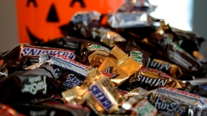 """""""Fun Size"""" and """"Mini"""" candies are seen in New York on Sept. 30, 2007. For a lot candy-crazed kids, Halloween is synonymous with sugar, and that makes it one of the scariest times of the year for parents fearful of encouraging bad eating habits. THE CANADIAN PRESS/AP, Dan Goodman"""