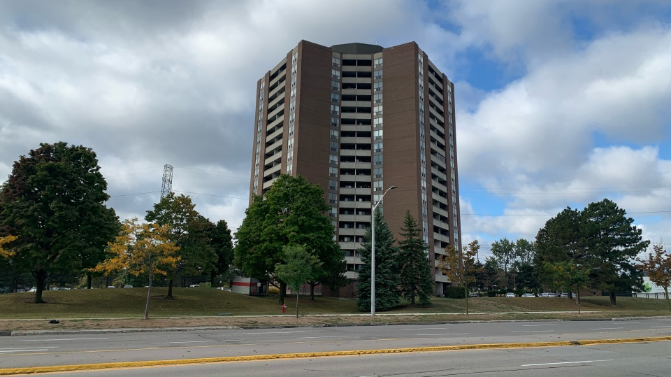 A Mississauga apartment building that was the site of a triple assault on Monday night is shown. (Aaron Adetuyi)
