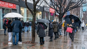 Crowds of people line up outside a clothing store in Toronto on Sunday November 22, 2020. The region is heading back into lockdown on Monday. THE CANADIAN PRESS/Frank Gunn