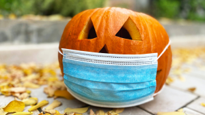 A jack-o'-lantern dons a face mask during the COVID-19 pandemic.