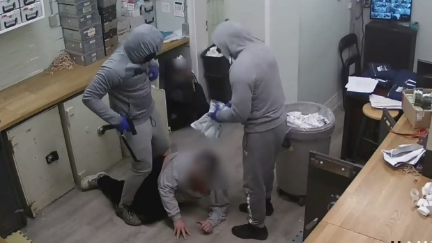 Full video of armed robbery in Toronto
