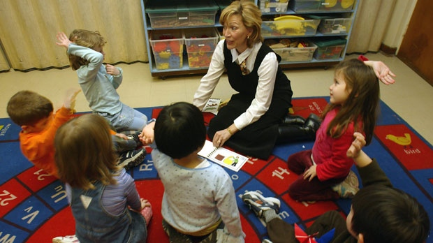Jan Pelletier reads to chldren at the OISE Institute for Child Studies school in Toronto on Thursday Feb. 26, 2004. (CP PHOTO/Frank Gunn)
