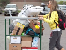 Hunter Borsellino, 17 pushes a cart with some of her belongings towards her residence building at the University of Ottawa in Ottawa on Sunday, Sept 5, 2010. (Pawel Dwulit / THE CANADIAN PRESS)